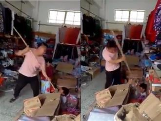 Tột cùng phẫn nộ: Ông bố dùng cây tre dài liên tục đâm vào người đứa con trai nhỏ