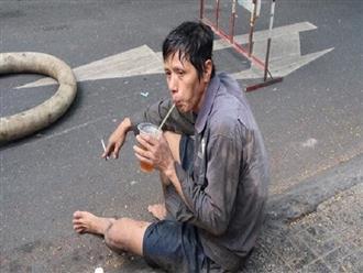 Xúc động hình ảnh người công nhân lấm lem uống vội cốc nước bên cạnh đống rác thải