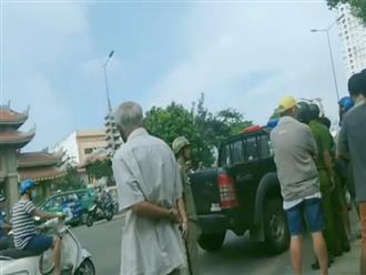 Người đàn ông bị tâm thần cầm dao chặt chém nhiều xe ô tô ở Sài Gòn