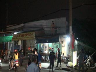Nghi ngáo đá người đàn ông dùng kéo uy hiếp người thân, leo lên mái nhà cố thủ ở Sài Gòn
