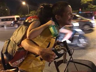 Người đàn ông tật nguyền địu con nhặt rác kiếm sống trong đêm khiến hàng triệu trái tim rung động
