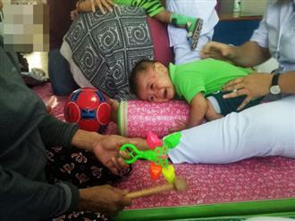 Thương tâm: Vợ bị xe rác cán tử vong trên đường về nhà, người đàn ông tuyệt vọng tìm cách cứu đôi chân cho con trai 1 tuổi