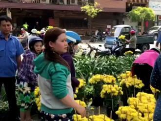 """Clip người dân Sài Gòn phụ tiểu thương bán tháo hoa 30 Tết: """"Còn 10 - 20 nghìn/ cặp thôi, mua cho mấy chị về quê đi bà con"""""""