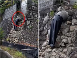 Người đi đường rụng rời chân tay khi thấy người đàn ông bị kẹt đầu vào đá, treo giữa không trung và phải nhìn kỹ mới vỡ lẽ mọi chuyện