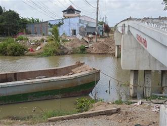 Người mẹ nghèo khóc ngất bên quan tài hai đứa con nhỏ chết vì đuối nước