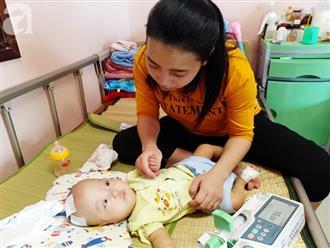 """Người mẹ trẻ quỳ gối xin nhà hảo tâm cứu con bị não úng thủy: """"Con em có cơ hội được sống rồi"""""""