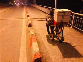 Bức ảnh người phụ nữ tật nguyền gồng mình đẩy xe bánh mì lên dốc cầu lúc rạng sáng khiến nhiều người rơi nước mắt