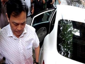Nguyễn Hữu Linh chần chừ, không bước xuống xe khi tới tòa