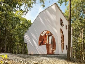 Nhà gỗ hình thang giữa rừng với cửa độc đáo đẹp hút mắt