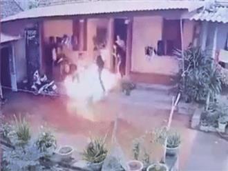 Clip: Níu kéo tình cảm bất thành, con rể mang xăng đến đốt nhà bố vợ chiều 28 Tết