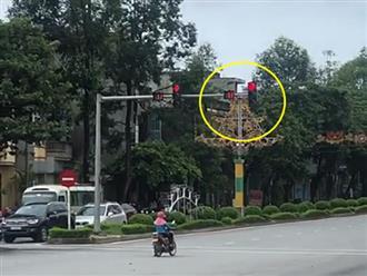 """Nữ """"Ninja đường phố"""" nghiêm túc dừng đèn đỏ, nhưng nhìn lại vị trí cô đứng thì ai nấy cũng hốt hoảng"""