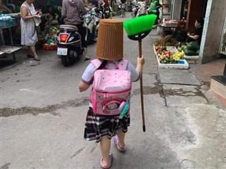 Bé gái đội thùng rác đi giữa đường, nguyên nhân đằng sau khiến ai cũng bó tay