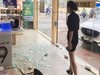 Hà Nội: Nữ tài xế lái xe đâm vỡ nát cửa kính một cửa hàng điện thoại lớn tại Cầu Giấy