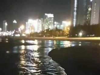 Nước thải bốc mùi hôi thối lại ồ ạt chảy ra biển Đà Nẵng lúc đêm khuya