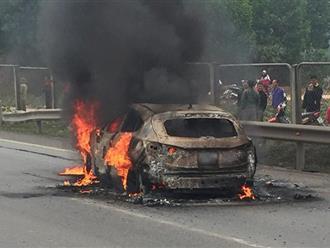 Ô tô bốc cháy dữ dội trên cao tốc, nạn nhân bất tỉnh trong xe được nhiều người kéo ra ngoài