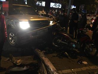 Ô tô 'điên' tông hàng loạt xe máy trên phố Hà Nội, 5 người bị thương nhập viện