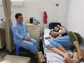 Ông bố bị 2 cô con gái rượu cướp giường bệnh phải ngồi co ro trên ghế nhưng khuôn mặt sao lại hạnh phúc thế này?