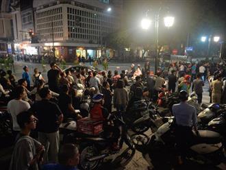 Người dân xếp kín 2 bên đường phố Hà Nội, Tổng thống Donald Trump vẫy tay chào thân thiện