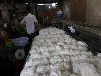 Cảnh sát phát hiện hơn 2 tấn bún bẩn ở TP.HCM
