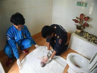 Phát hiện thi thể trẻ sơ sinh bị nhét giấy vệ sinh đầy miệng trong toilet máy bay