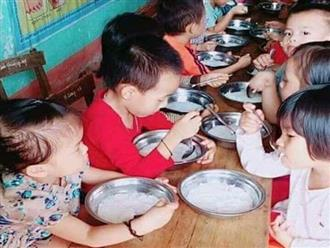 Phụ huynh phản ánh suất ăn 15.000 của trẻ mầm non chỉ có bún luộc, trường giải thích: 'Đó là bún chan nước hầm xương, đảm bảo dinh dưỡng'