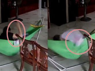Phẫn nộ clip bảo mẫu dùng gối úp mặt, đánh liên tiếp vào đầu cháu bé 5 tháng tuổi