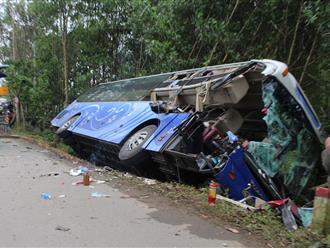 Quảng Nam: Xe khách húc đuôi xe tải cẩu, 2 người tử vong