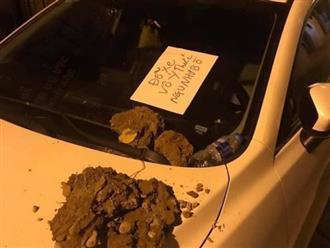 Ra lấy ô tô, chủ xe hoảng hốt vì đống đất trên nắp capo và đặc biệt là mảnh giấy để lại