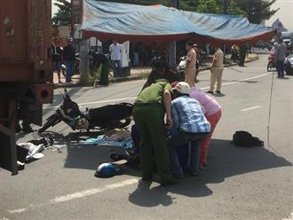 Xót xa: Chồng thẫn thờ, cầu cứu trong vô vọng bên thi thể con gái 2 tuổi, vợ bị cán nát chân sau tai nạn