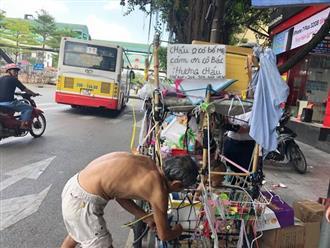 Xót cảnh bé trai trần truồng được đưa đi mưu sinh khắp Hà Nội cùng tấm bảng 'cháu không có bố mẹ'