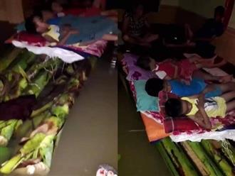 Rớt nước mắt với cảnh tượng những đứa trẻ ngủ ngoan trên chiếc bè chuối, trong ngôi nhà nhỏ bốn bề toàn là nước lũ