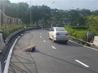 Người đàn ông tử vong cạnh xe máy nghi do tai nạn trên cầu vượt ở Sài Gòn