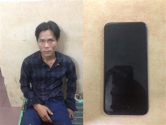 Tài xế taxi tông văng tên cướp giật điện thoại nữ du khách giữa trung tâm Sài Gòn