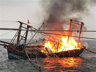 Tàu cá 4 tỷ bốc cháy, 7 ngư dân nhảy xuống biển trong đêm