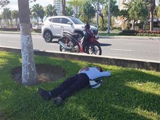 """Thanh niên đi đám cưới uống quá chén, vứt xe máy bên đường rồi vào """"đánh một giấc"""" trên bãi cỏ"""