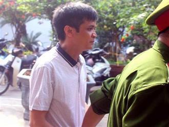 Hàng chục phụ huynh phẫn nộ khi nhìn thấy thầy giáo dâm ô với nhiều nữ sinh tại Hà Nội được đưa ra tòa