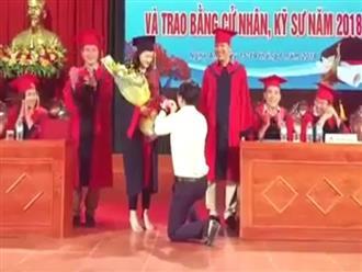 Thầy giáo quỳ gối cầu hôn nữ sinh trong lễ tốt nghiệp: Tình yêu ngôn tình hay sự lố bịch?