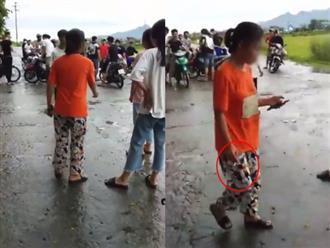 Thiếu niên và một bạn nữ lao vào đánh nhau ngay giữa đường, nhiều bạn bè đứng chửi bới xung quanh, phì phèo hút thuốc