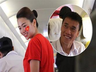 Tiếp viên Vietnam Airlines mặc áo phông in hình cờ đỏ sao vàng trên chuyên cơ đón đoàn Olympic Việt Nam về nước