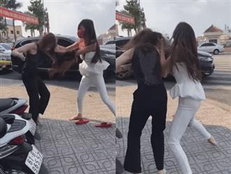 Lại có 'biến' đánh ghen cực căng: 'Tiểu tam' bị vợ nhân tình đánh tới tấp, bay cả tóc giả ngay giữa đường