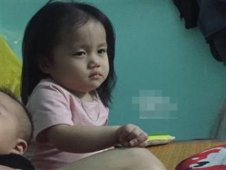 Tưởng bố 'cho ra rìa' từ ngày có em trai, cô bé 2 tuổi nũng nịu hờn dỗi ai nhìn cũng thương