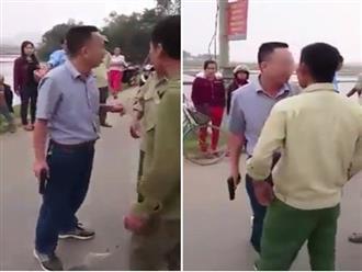 Hà Tĩnh: Va chạm với xe máy dựng bên đường, tài xế ô tô rút súng dọa dẫm người dân
