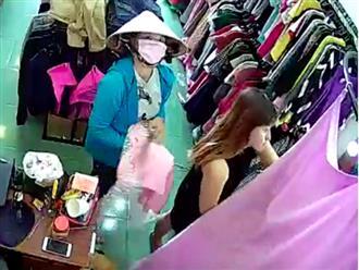 Người phụ nữ đeo khẩu trang vào cửa hàng quần áo trộm điện thoại