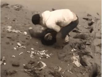Ngoại tình với cụ ông bằng tuổi ba mình bị chồng bắt gặp, vợ trẻ nhảy xuống sông cạn đòi chết