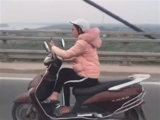 Clip nữ Ninja Lead gác chân vắt vẻo, vừa chạy xe vừa 'tám' điện thoại khiến dân mạng phải lắc đầu ngán ngẩm