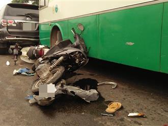 TP. HCM: Xe buýt bất ngờ tông hàng loạt xe máy, nhiều người mắc kẹt dưới gầm xe buýt kêu cứu thất thanh