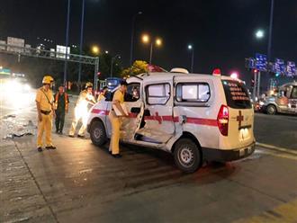 Xe cấp cứu bị container tông bẹp dúm ở Sài Gòn, tài xế và điều dưỡng nhập viện
