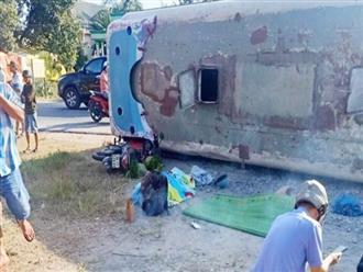 Long An: Xe khách lật nhào, 2 người đi xe máy bị đè chết, 11 công nhân nhập viện cấp cứu