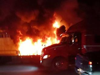 Nghệ An: Xe container đang chạy bỗng phát nổ rồi bốc cháy dữ dội, tài xế đạp cửa thoát thân