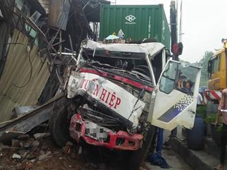 TPHCM: Tránh người chạy bộ qua đường, xe container tông sập hàng loạt ngôi nhà, nhiều người dân la hét kêu cứu